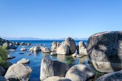 Kristallijn water bij Zandhaven in Meer Tahoe stock fotografie