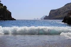 Kristallijne overzees, golf bij de Baai van Ieranto, Italië stock foto's