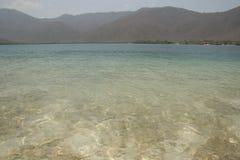 Kristalliskt vatten av det karibiska havet Venezuela royaltyfria foton