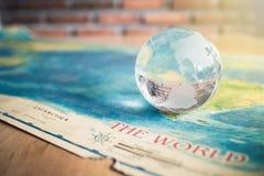 Kristalljordklot p? v?rldskarta fotografering för bildbyråer