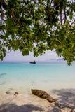 Kristallklar atmosfär för vatten för hav angenäm och skuggig, på blommaö - en av härliga öar i Kawthoung, ett sjösidalandskap Royaltyfri Foto