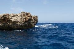 Kristallklar lagun på den Comino ön, Malta Royaltyfria Bilder