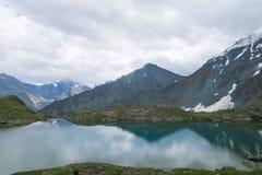 Kristallklar sj? f?r bergspegel Dal av 7 sj?ar Altai berg, Ryssland royaltyfri foto