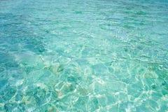 Kristallklart blått vatten i den tropiska lagun Arkivbild