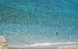 Kristallklart hav med kust- royaltyfri foto