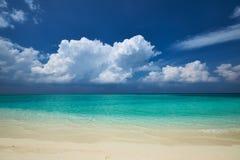 Kristallklart turkosvatten på den tropiska stranden Arkivbild