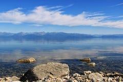 Kristallklart vatten av Lake Baikal och berg royaltyfri fotografi