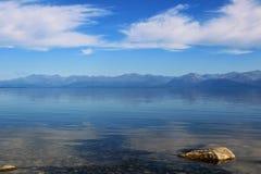 Kristallklart vatten av sjön och berg royaltyfri fotografi