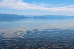 Kristallklart vatten av sjön och berg arkivfoto