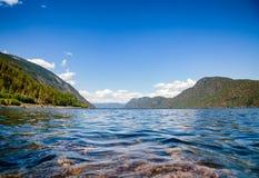 Kristallklart vatten av sjön Tinn Telemark Norge royaltyfri foto