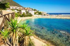 Kristallklart vatten för sandig strand, Cala Gonone Orosei, Sardinia, Italien royaltyfri bild