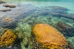 Kristallklart vatten på Sai Daeng Beach, Koh Kood, Thailand Arkivbild
