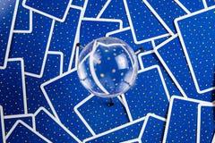 Kristallkugel auf einem Hintergrund der tarot Karten. Stockfoto