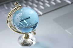 Kristallkugel auf Laptop Lizenzfreies Stockbild