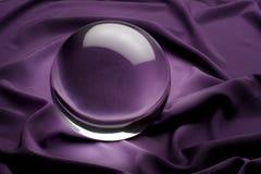 Kristallkugel auf Purpur Stockfoto