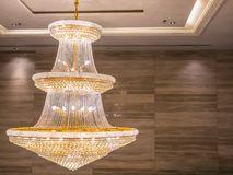 Kristallleuchter glänzt das Hängen von der Decke im Raum lizenzfreie stockfotos