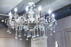 Kristallleuchter glänzt das Hängen von der Decke im Raum stockbild