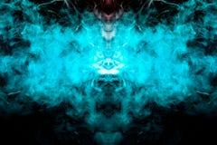 Kristallmodell genom att använda ljus, kulöra ljus av blå färg och böljarök, avdunstning som är spöklik i fotografiet på en svart arkivbilder
