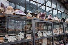 Kristallquarz-Mineralsteine auf den Regalen im Hausberg kaufen Stockfoto