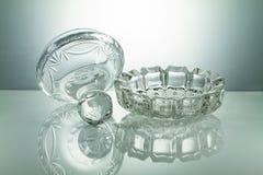 Kristallschüssel mit Reflexion auf belichtetem weißem Hintergrund Stockfotografie