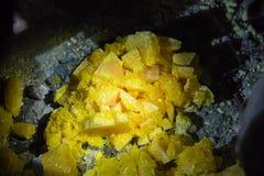 Kristallschwefelfoto in einem festen Stadium stockfotografie
