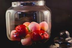 Kristalltopf mit Früchten stockbild