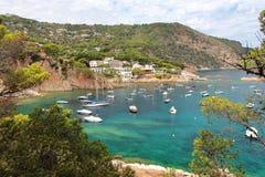 Kristallwasser nah an dem schönen Strand und dem Dorf von Fornells, Mittelmeer, Katalonien, Spanien Lizenzfreies Stockbild