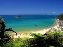 Kristallwasser Strand lizenzfreie stockbilder