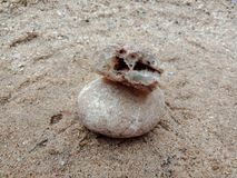 Kristalsteen met textuur op het zand geweven behang als achtergrond, strand Oceaan royalty-vrije stock foto's