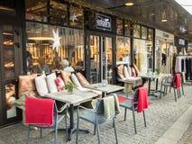 Kristansand,挪威, 2017年12月22日:室外椅子和桌在Edgars Bakeri,一个面包店在市克里斯蒂安桑 免版税库存图片