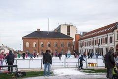 Kristansand,挪威, 2017年12月22日:滑冰在冰的人们在正方形在克里斯蒂安桑市 库存照片