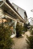 Kristansand, Norvège, le 22 décembre 2017 : Esprit de Noël avec des arbres de Noël en dehors des boutiques dans Kirkegata Photographie stock