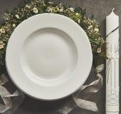 Kristen dopstearinljus, maträtt och blom- ordning Arkivbild