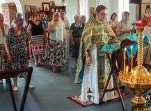 Kristen dyrkan på dagen av vördnaden av den Sanka ortodoxa symbolen av den Kaluga modern av guden i det Iznoskovsky området, Kalu royaltyfri fotografi