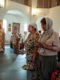 Kristen dyrkan på dagen av vördnaden av den Sanka ortodoxa symbolen av den Kaluga modern av guden i det Iznoskovsky området, Kalu Arkivfoton