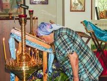 Kristen dyrkan på dagen av vördnaden av den Sanka ortodoxa symbolen av den Kaluga modern av guden i det Iznoskovsky området, Kalu Fotografering för Bildbyråer