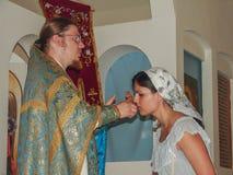 Kristen dyrkan på dagen av vördnaden av den Sanka ortodoxa symbolen av den Kaluga modern av guden i det Iznoskovsky området, Kalu Arkivbilder