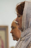 Kristen dyrkan på dagen av vördnaden av den Sanka ortodoxa symbolen av den Kaluga modern av guden i det Iznoskovsky området, Kalu royaltyfria foton