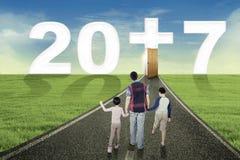 Kristen familj som tillsammans går för att numrera 2017 arkivbild