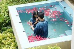 Kristen gör dop i vattendammet på Chaingmai, Thailand fotografering för bildbyråer