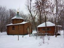 Kristen journalkyrka i snön timmar liggandesäsongvinter Kyiv Ukraina royaltyfri foto