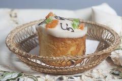 Kristen kaka för påsk i korg royaltyfri fotografi