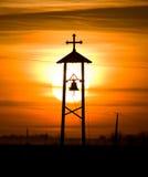 Kristen klocka och kors Arkivfoto