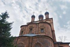 Kristen kloster och träd arkivbild