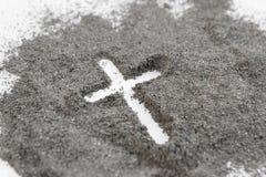 Kristen kors- eller korsteckning i aska, damm eller sand som symbol av religionen, offer, redemtion, Jesus Christ, aska onsdag royaltyfria bilder