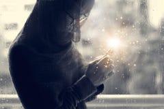 Kristen kvinna med korset i händer som ber hopp och dyrkan på regndroppebakgrunden abstrakt lighting Nattvardterapibles arkivbilder