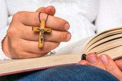 Kristen kvinna med träarg läsning en helig bibel royaltyfri foto