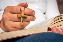 Kristen kvinna med träarg läsning en helig bibel royaltyfri bild