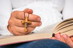 Kristen kvinna med träarg läsning en helig bibel arkivbilder