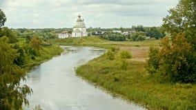 Kristen kyrka i byn - floden på en förgrund - Suzdal, Ryssland stock video